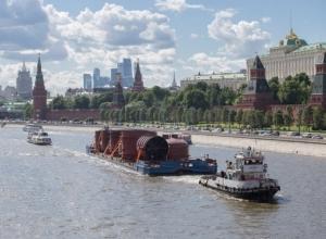Транспортировка 500-тонной колонны из Волгодонска по Москве-реке в центре столицы попала на видео