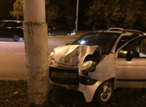«Матиз» с пьяной женщиной за рулем врезался в столб у «Мирного атома» в Волгодонске