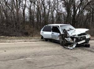ВАЗ разворотило после ДТП в 20 километрах от Волгодонска