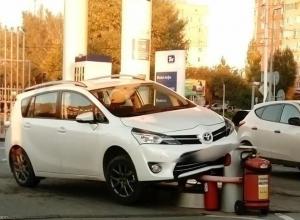 Женщина на «Тойоте» снесла часть заправочной колонки на ТНК в Волгодонске