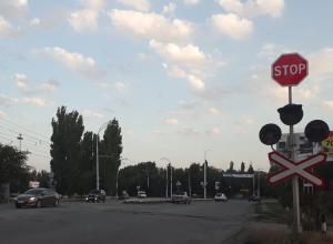 Часть ж/д переездов в Волгодонске оборудовали знаками из-за поломки светофоров