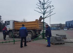 Праздники закончились: В Волгодонске приступили к уборке новогодних елок