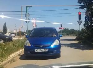 «Морда кирпичом»: Едущая под запрещающий знак волгодончанка блокировала дорогу в Красном Яру