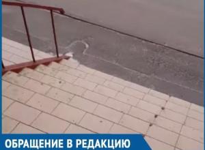 Женщина получила закрытый перелом копчика, поскользнувшись на обледенелой лестнице магазина в Волгодонске