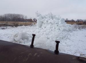 Ледяная экспозиция возле трубы с затычками насмешила волгодонцев