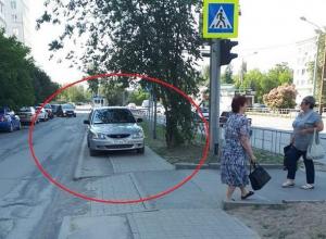 Припаркованный на пешеходной дорожке автомобиль вынудил волгодончанку с коляской идти по проезжей части