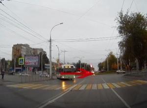 «Пора менять резину на зимнюю»: Волгодончанка сняла на видео опасный разворот автомобиля возле «Комсомольца»