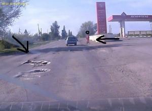 Необычный способ предупредить автомобилистов о ямах на дороге придумали сотрудники автозаправки в Волгодонске