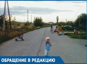 «Опасные игры»: из-за отсутствия детской площадки дети играют на проезжей части