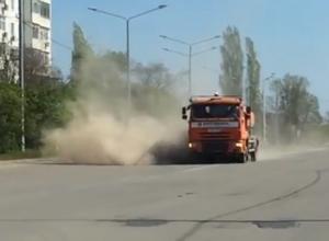 Огромные клубы пыли окутали квартал В-9 во время уборки дорог Волгодонска