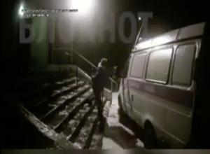 Падающие на скользком крыльце друг за другом врачи «скорой» в Волгодонске попали на видео