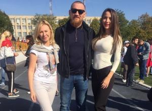 Дмитрий Кудряшов в компании  Миссис Мира и депутатом Заксобрания отмечает День Рождения Владимира Путина