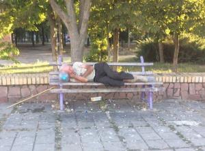 Этим будем привлекать туристов: Спящий в сквере «Дружба» на лавочке мужчина рассердил волгодонцев