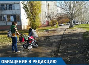 Молодая мама показала на видео, как с детской коляской преодолевает грязь, лужи и бездорожье в Волгодонске