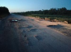 Убитую в хлам дорогу Цимлянск-Суровикино сняли на видео возмущенные автомобилисты