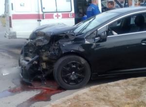 Черная и белая «Тойоты» столкнулись на высокой скорости на улице Гагарина в Волгодонске