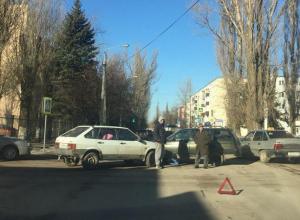 Незначительное ДТП перегородило проезжую часть на Горького в Волгодонске