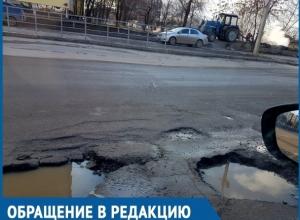 Опасные ямы по улице Горького на одном из самых оживленных перекрестков Волгодонска портят автомобили горожан