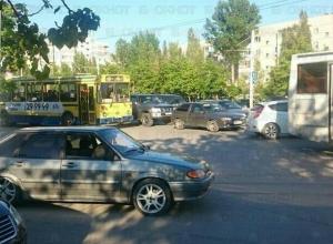 Незначительное ДТП с участием автобуса и такси парализовало движение в центре Волгодонска