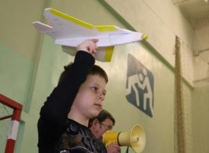 В Волгодонске школьники запустили самолеты под крышу спортзала