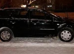 Проехавший по заснеженному тротуару водитель вызвал злость у пешеходов в Волгодонске