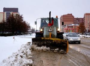 Улицы Волгодонска чистит от снега огромный «Кировец»