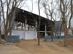 В волгодонском парке Победы разбирают кинотеатр