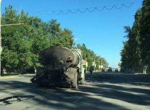 Дорожники латают «дыры» на центральной улице старой части Волгодонска