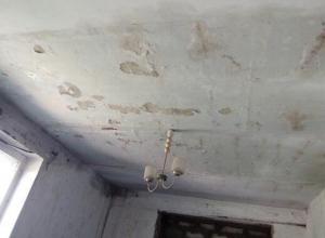 «Сорвало крышу»: Жильцы пострадавшего от стихии дома не могут добиться ремонта