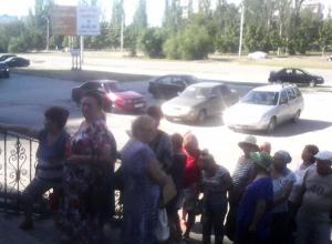 Из-за перерасчета пенсии образовалась гигантская очередь возле Пенсионного фонда в Волгодонске