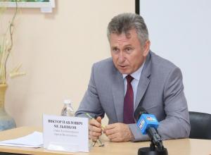 Виктор Мельников принял решение дать новогодние сладкие подарки всем детям до 14 лет из малообеспеченных семей