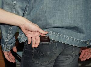 Малознакомый собутыльник ограбил гостеприимного волгодонца, применив силу