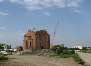 Волгодонск прежде и теперь: храм тянется к небесам