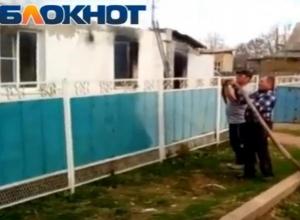 Попытки потушить жилой дом многодетной семьи из порванного пожарного шланга попали на видео