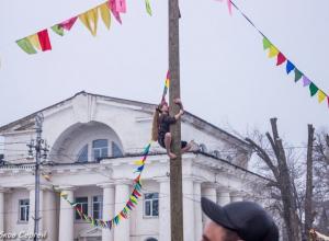 Длинноволосая девушка попыталась залезть на масленичный столб в Приморском парке