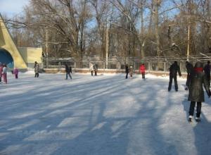 Морозная погода в Волгодонске позволила залить каток в парке Победы