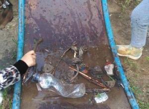 «Хватит издеваться над детьми»: Игровая площадка на Курчатова превратилась в помойную лужу