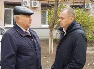 После прочтения статьи в «Блокноте» министр ЖКХ области Андрей Майер посетил затопленную квартиру в Волгодонске