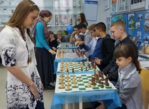 Две сестры из Волгодонска одновременно играли в шахматы на десяти досках