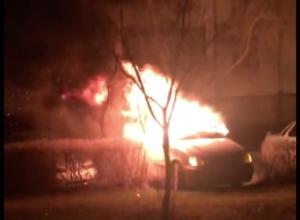 Полыхающий автомобиль на Ленинградской в Волгодонске сняли на видео