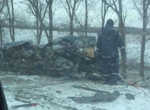 Машину разорвало на куски после столкновения с фурой на дороге Семикаракорск-Волгодонск