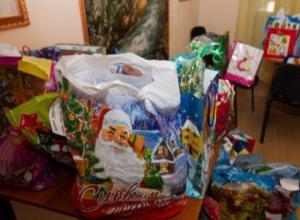 Детям из малоимущих семей подарят новогодние подарки ценой в 128 рублей