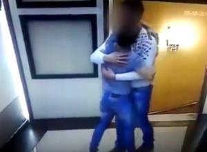 Волгодонцы возмущены и шокированы откровенным поведением гомосексуалистов в одном из караоке города (18+)