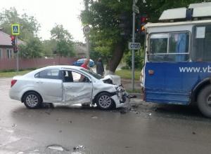 Пролетевший на «красный» водитель «Шевроле» врезался в троллейбус и разбил «Ладу Калину» в Волгодонске
