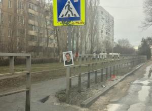 Дворник повесил свою похоронную фотографию и гвоздики возле входа в школу №22 в Волгодонске