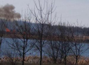 На заливе в Волгодонске горит камыш