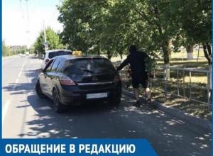 В центре Волгодонска мужчина в черном балахоне срезал охапку роз с городской клумбы