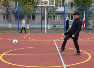 Чиновники из правительства области попинали по воротам во время открытия спортплощадок в Волгодонске