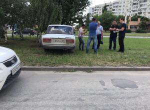 ВАЗ залетел на разделительный газон после ДТП в Волгодонске