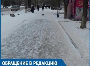 Заледеневшая пешеходная дорожка на центральной улице старой части Волгодонска возмутила горожан
